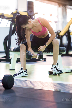 Young woman exercising at gymの写真素材 [FYI02857395]