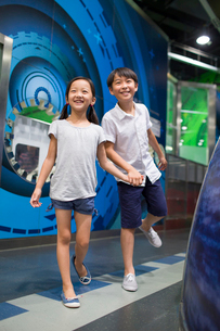 Chinese children in science and technology museumの写真素材 [FYI02857397]