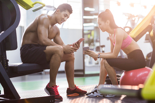 Young couple resting at gymの写真素材 [FYI02857421]