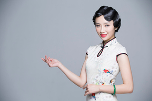 Portrait of young beautiful woman in traditional cheongsamの写真素材 [FYI02857428]