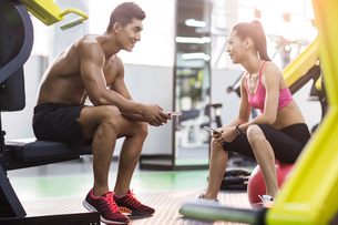 Young couple resting at gymの写真素材 [FYI02857430]