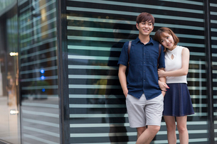 Happy young couple datingの写真素材 [FYI02857452]