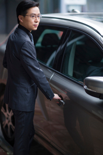 Mid adult businessman and carの写真素材 [FYI02857464]