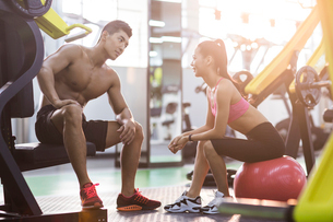 Young couple resting at gymの写真素材 [FYI02857470]