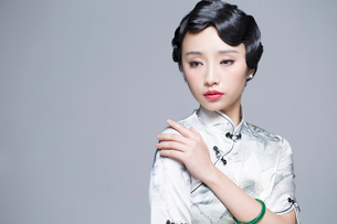Young beautiful woman in traditional cheongsamの写真素材 [FYI02857473]