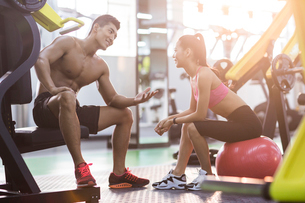 Young couple resting at gymの写真素材 [FYI02857479]