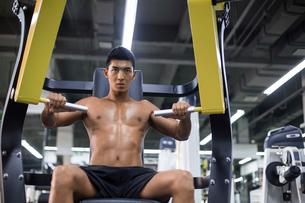 Young man exercising at gymの写真素材 [FYI02857481]
