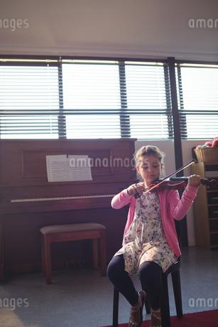 Elementary girl rehearsing violinの写真素材 [FYI02857486]