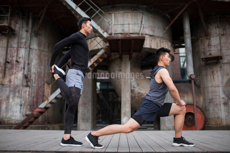 Young Chinese men exercising outdoorsの写真素材 [FYI02857488]