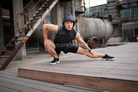 Young Chinese man exercising outdoorsの写真素材 [FYI02857507]