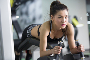Young woman exercising at gymの写真素材 [FYI02857511]