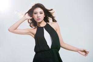 Fashionable young womanの写真素材 [FYI02857514]