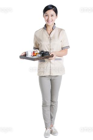 Massage therapist holding massage suppliesの写真素材 [FYI02857523]