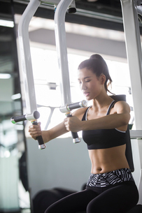 Young woman exercising at gymの写真素材 [FYI02857527]