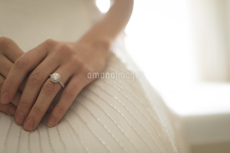 Mid-section of bride in wedding ringの写真素材 [FYI02857545]