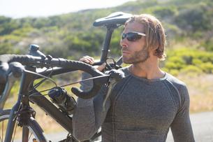 Athlete holding bicycleの写真素材 [FYI02857576]