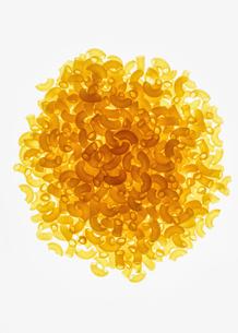 Pile of organic quinoa macaroni pasta elbowsの写真素材 [FYI02857580]