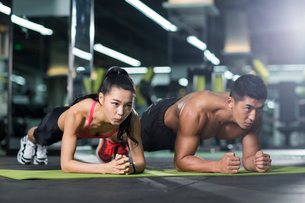 Young couple exercising at gymの写真素材 [FYI02857616]