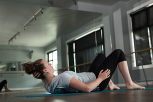 Woman practicing stretching exerciseの写真素材 [FYI02857636]