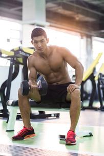 Young man exercising at gymの写真素材 [FYI02857638]