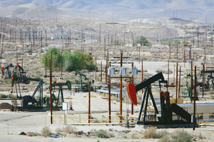 Crude oil extraction from Monterey Shale near Bakersfield, California, USA.の写真素材 [FYI02857665]