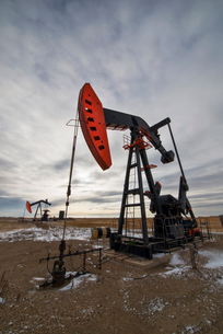 An oil pump jack at a drilling site for oil, an oil field in Saskatchewan.の写真素材 [FYI02857674]