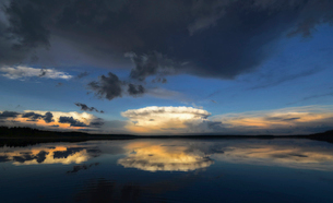Clouds reflected in the calm waters of Kenosee lake.の写真素材 [FYI02857693]