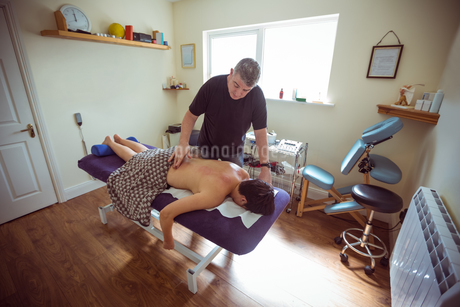 Therapist giving cupping therapy to manの写真素材 [FYI02857700]