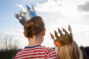 Two children in fancy dress, wearing crowns.の写真素材 [FYI02857721]