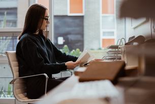 Female executive working at deskの写真素材 [FYI02857731]
