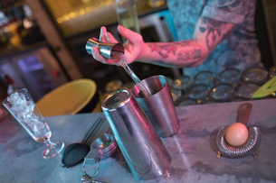 Bartender preparing a drink at counterの写真素材 [FYI02857741]