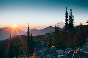 Sunset over the Cascade Range of mountains at Goat Rocks Wilderness.の写真素材 [FYI02857751]