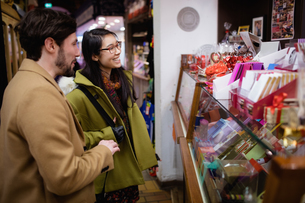 Couple standing at the gift counter in the supermarketの写真素材 [FYI02857781]