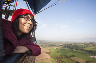 Woman travelling in a hot air balloon.の写真素材 [FYI02857805]