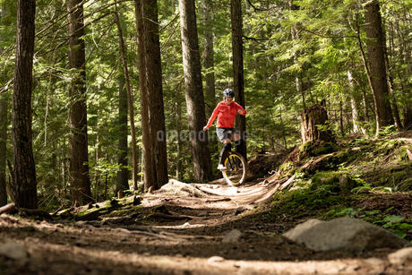 Surface level view of woman unicycling on trialの写真素材 [FYI02857828]