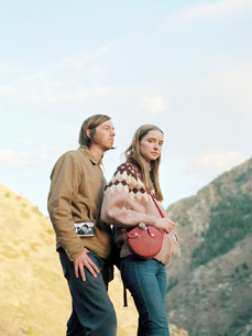 Young couple standing in a canyon.の写真素材 [FYI02857857]