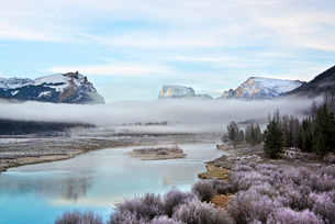 View of Squaretop Mountain, and the Wind River, at dawn, with low hanging mist over the valley.の写真素材 [FYI02857866]