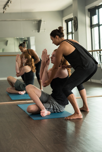 Trainer assisting man in practicing acroyogaの写真素材 [FYI02857868]