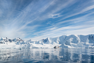 View of a polar research vessel, a large boat in an inlet.の写真素材 [FYI02857939]