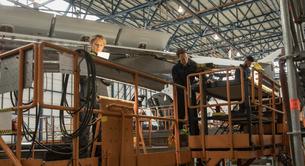 Aircraft maintenance engineers working on aircraft maintenance platformの写真素材 [FYI02857981]