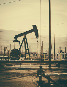 Crude oil extraction from Monterey Shale near Bakersfield, California, USA.の写真素材 [FYI02857996]