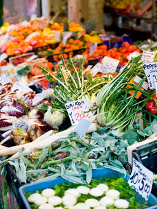 A market stall laden with fresh vegetables at the Rialto Food market.の写真素材 [FYI02858015]