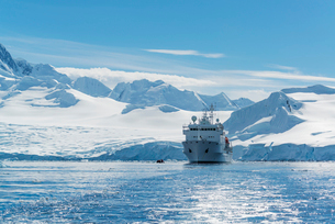 View of a polar research vessel, in the Antarctic.の写真素材 [FYI02858016]