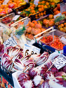 A market stall laden with fresh vegetables at the Rialto Food market.の写真素材 [FYI02858037]