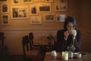 Woman having cup of coffee in cafテゥの写真素材 [FYI02858045]