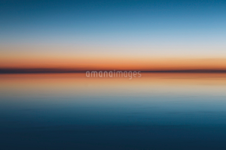 The view to the clear line of the horizon where land meets sky, across the flooded surface of Bonnevの写真素材 [FYI02858067]
