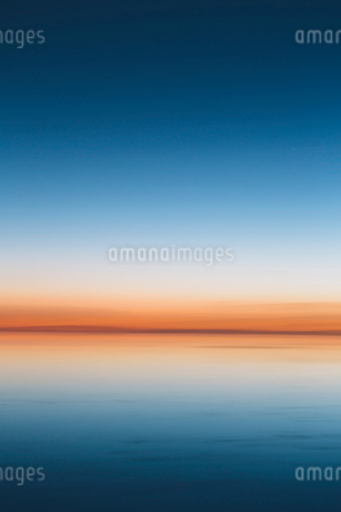 The view to the clear line of the horizon where land meets sky, across the flooded surface of Bonnevの写真素材 [FYI02858096]