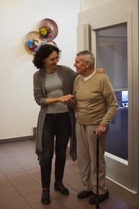 Caretaker talking to senior manの写真素材 [FYI02858106]