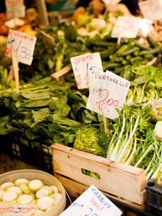 A market stall laden with fresh vegetables at the Rialto Food market.の写真素材 [FYI02858117]