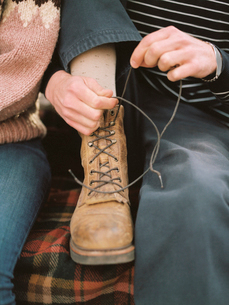 Close up of a man tying his boot laces.の写真素材 [FYI02858136]